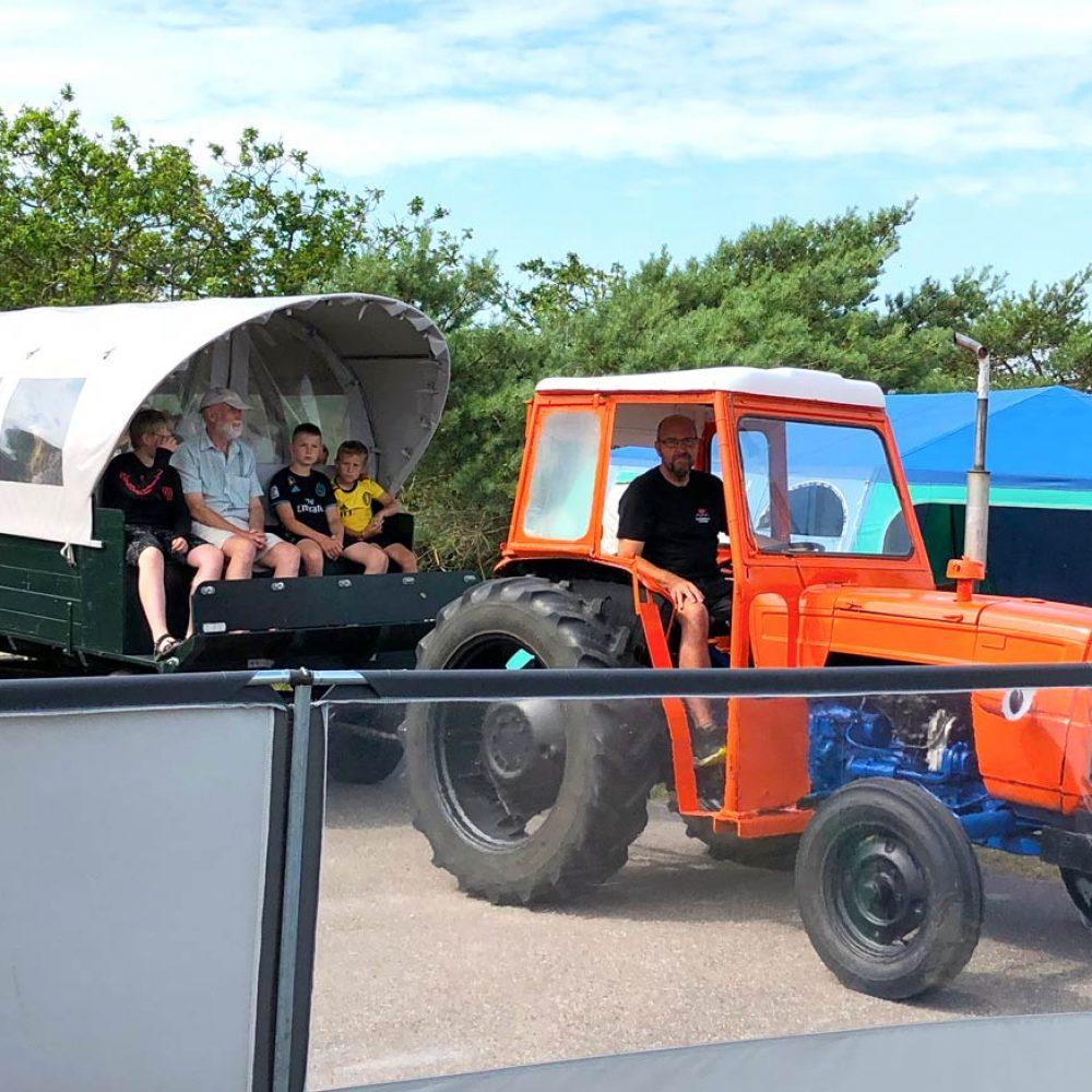 Traktoren kører tur med Prærievognen